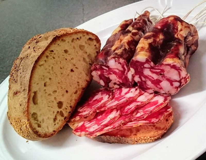 Hausgemachte Wurst mit selbstgebackenem Brot
